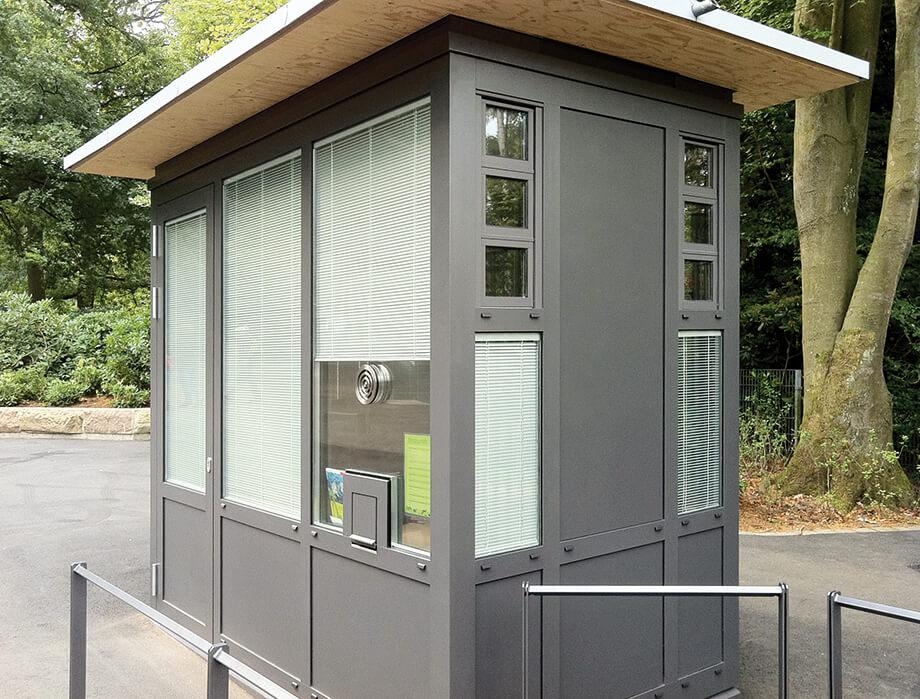 Kassenhaus mit Durchsprechöffnung